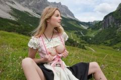 Оголила грудь в горах
