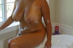 Игривая бестия с аппетитным телом в ванной