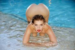 Красотка с красивой жопой у бассейна