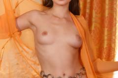 Красотка с роскошным телом позирует на камеру